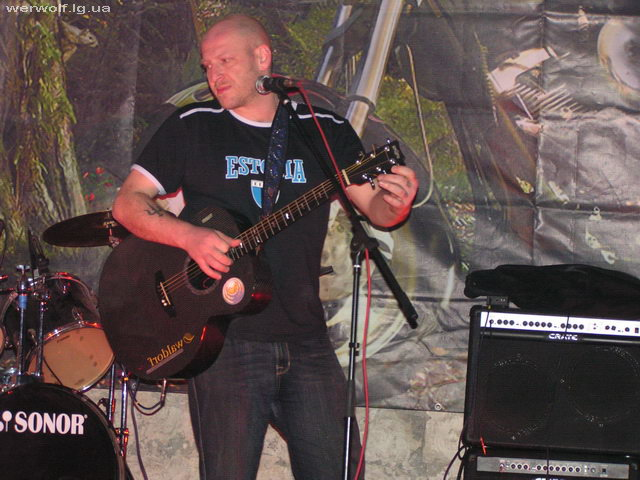 Захар Борисыч настраивает гитару